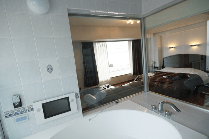 沖縄にカップルで泊まるなら目の前オーシャンビューのWHITE HOTELがおすすめです!