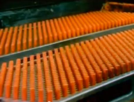 働く人が幸せそうな昔のクレヨン制作工場の動画。