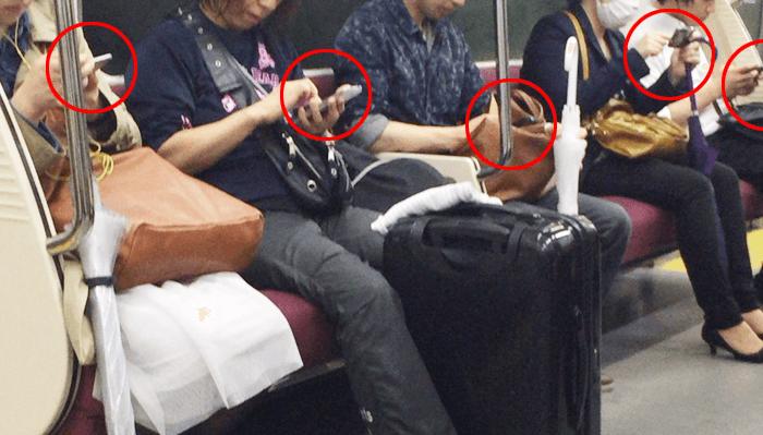電車で携帯電話を触ってる人全てがお客様だと考えたら?