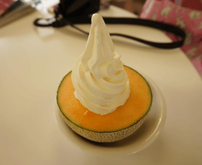 2015年7月 富良野に行くなら絶対食べた方が良いメロンの上にソフトクリームのデザート!