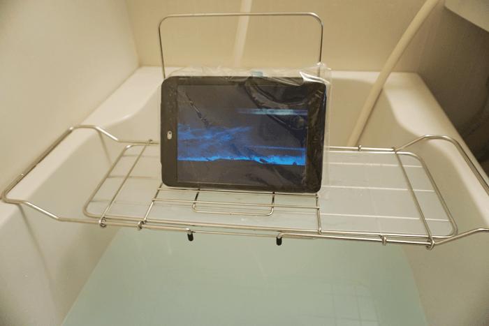 お風呂に浸かりながら動画を見るのに便利なグッズ。
