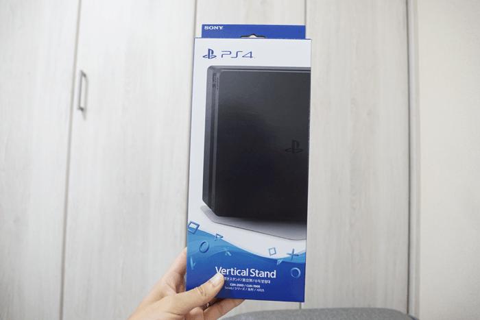 薄型PS4の縦置きスタンド買ってみましたが、結構カッコイイですよ。