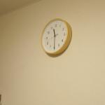 クギで時計を設置してるの?!ホッチキスで時計を掛ければ傷が付かないんですよ奥様。