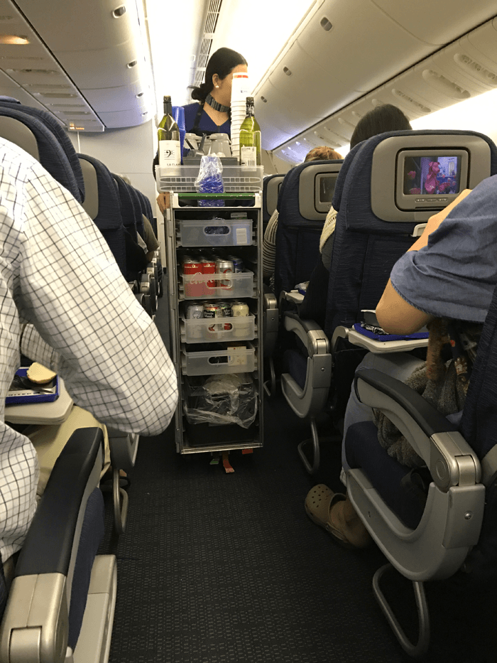 ハワイ帰りに飛行機でお酒を3杯飲んで倒れた話。エコノミー席は座りっぱなしだと危ないですよ。
