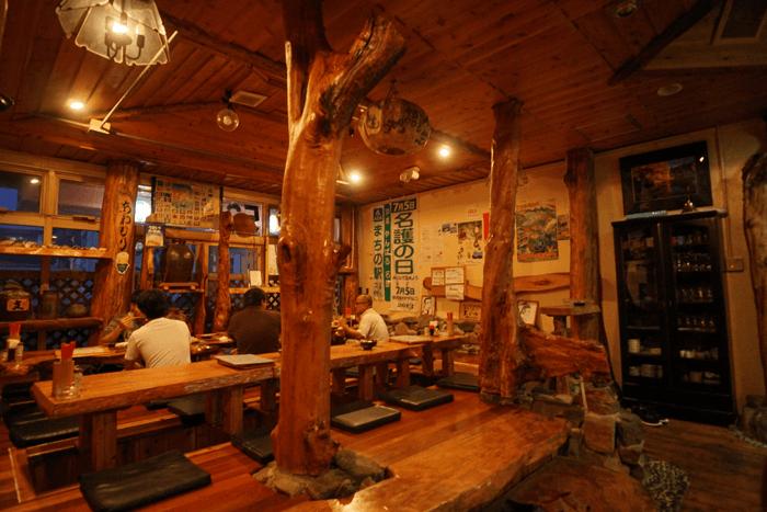 二人で¥3700円ほど。沖縄 名護の地元の居酒屋 大国林道でご飯を食べました。