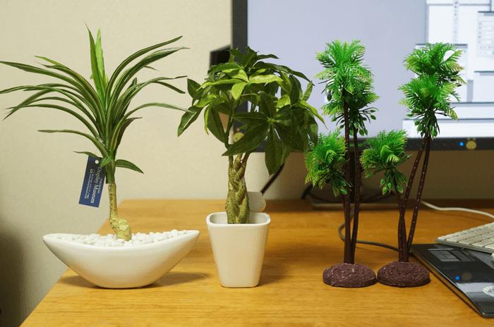 パソコン周りのインテリアに観葉植物の造花を4種類買いました。