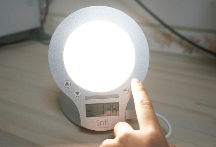 ライトで起きるintiの目覚まし時計を使いました。爆音と光の相互効果で予定時間に目がさめるようになった!レビュー